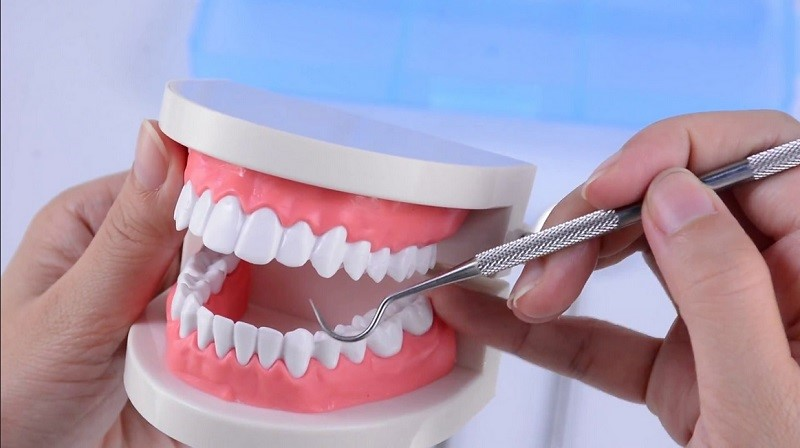 Merusak gigi dan melukai gusi
